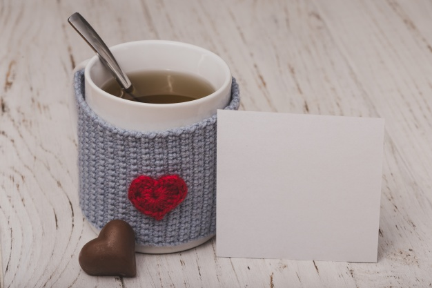 Cup of tea with a heart with a white paper Free Photo